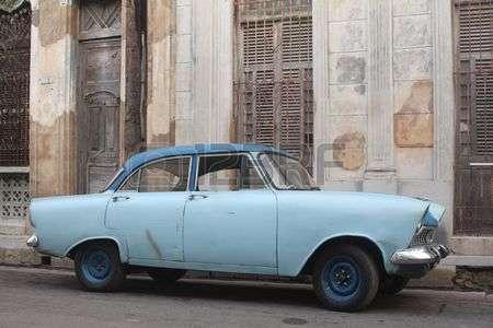 4584894-vista-lateral-de-un-viejo-coche-azul-americano-se-detuvo-en-la-calle